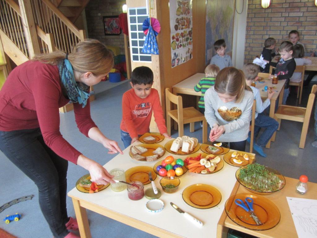 Osterbrunch in der Kita Höhefeld: Bei gemeinsamen Aktivitäten verbessern Kinder ihre Sprachfähigkeit. Foto: Kita Höhefeld