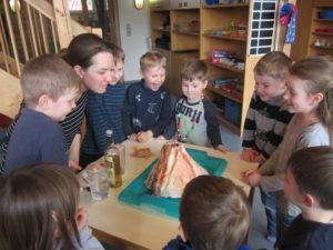 Beim Vulkanexperiment in der Kita Höhefeld werden die Kinder aktiv zum Sprechen bewegt. Foto: Kita Höhefeld